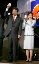 2人並んで乾杯/野田議員と喜ぶ鶴保氏 | 全国ニュース | 四国新聞社
