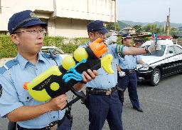 いたずらサルに水鉄砲/京都府警、パトカーに装備