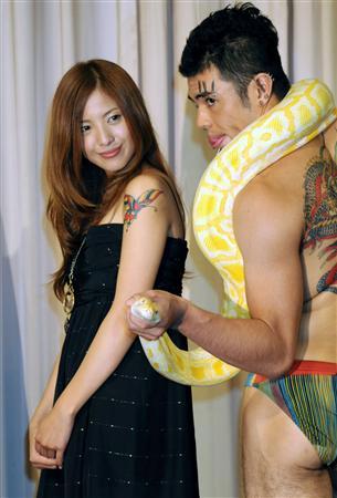 小島よしおが後輩を応援/「蛇にピ〜ア〜ス」と絶叫