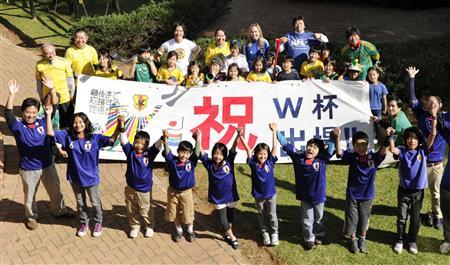 サッカーW杯が開かれる南アフリカで、日本代表の到着を待つ「ヨハネスブルグ日本人学校」の児童ら=21日(共同)