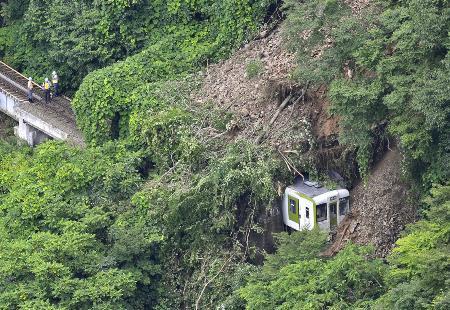 土砂崩れで脱線したJR岩泉線の列車=2010年7月31日、岩手県岩泉町