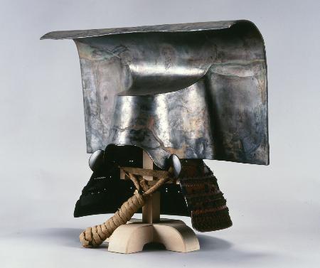 かつて金色だったと判明した「銀箔押一の谷形兜」(福岡市博物館提供)