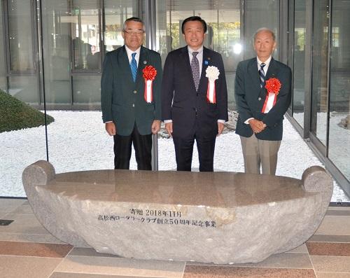 高松西RCが寄贈した「あじの方舟」=高松市番町、市防災合同庁舎
