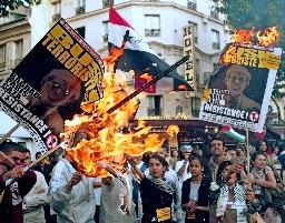 パリで1万人が反米デモ/ノルマンディーでも   パリで1万人が反米 ...