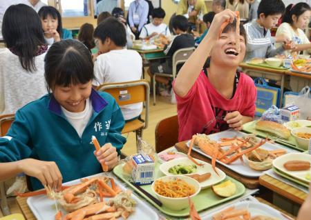 富山でベニズワイガニ給食/秋の味覚にむしゃぶりつく | 給食の ...