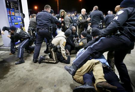 白人警官が黒人青年射殺/米、抗議で4人逮捕   全国ニュース   四国新聞社