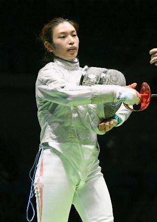 女子サーブル個人1回戦で、パナマ選手に敗れた青木千佳=リオデジャネイロ(共同)